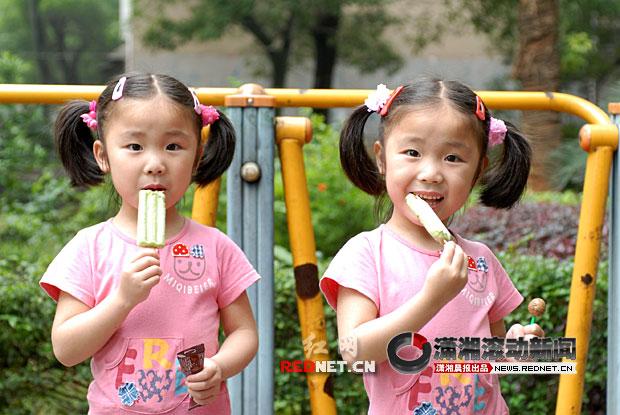 双胞胎姐姐杨天琦 左 和妹妹杨天怡 右 图 潇湘晨报滚动高清图片